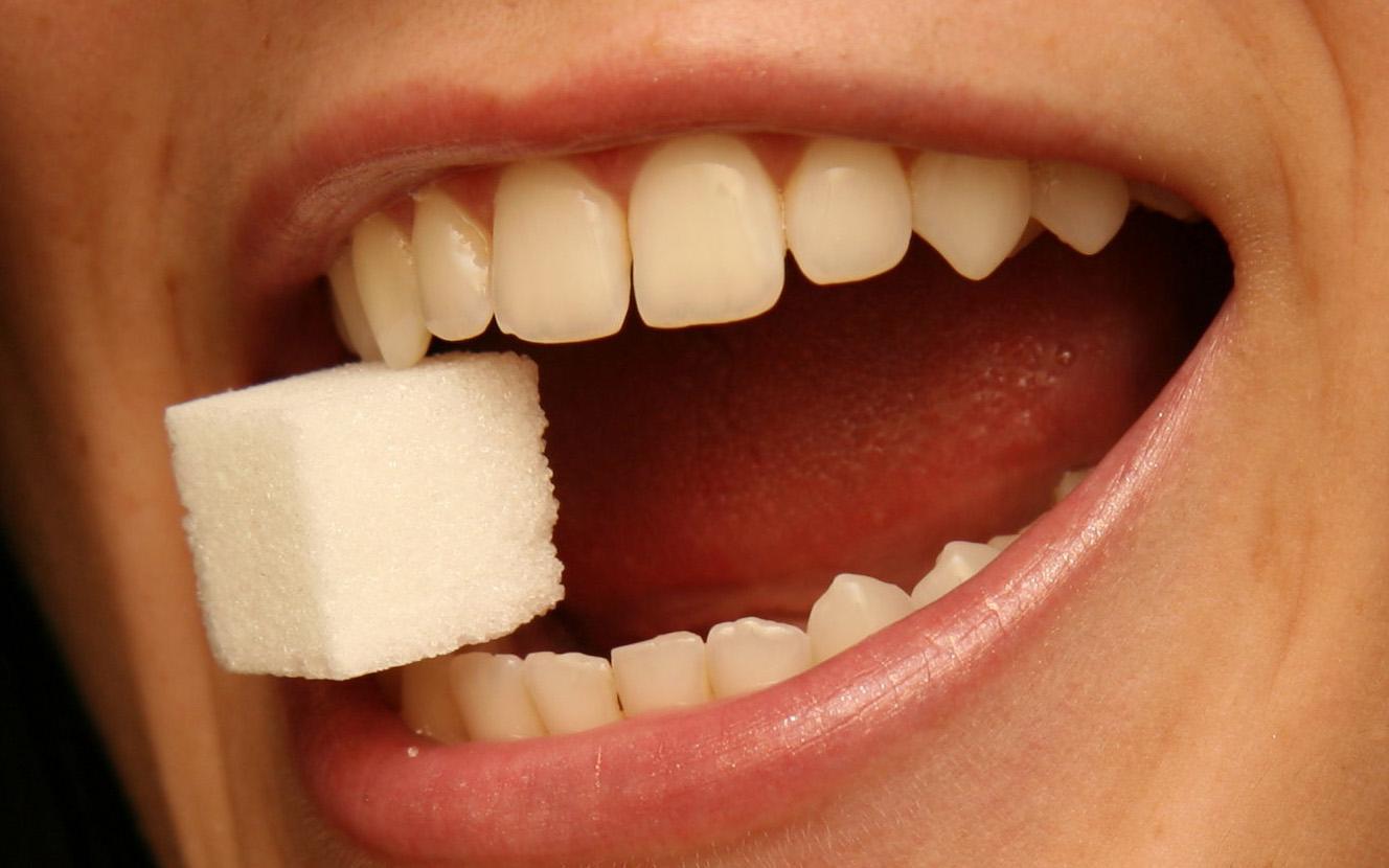 اسیدهای تولید شده پس از شکستن شدن شکر باعث نابودی مینای دندان میشود.